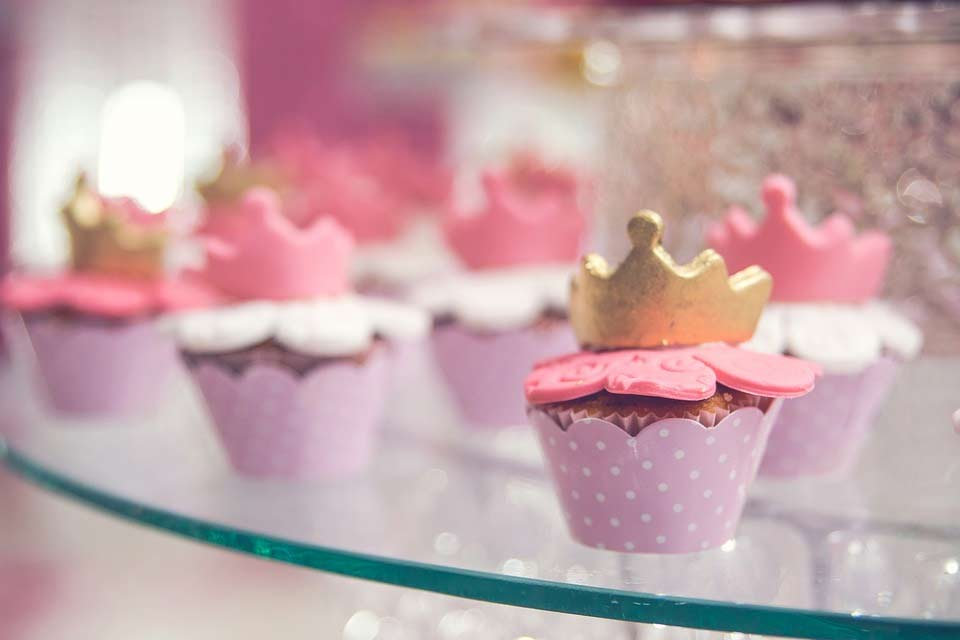 Simple and Artistic Cupcake Garnishes pic