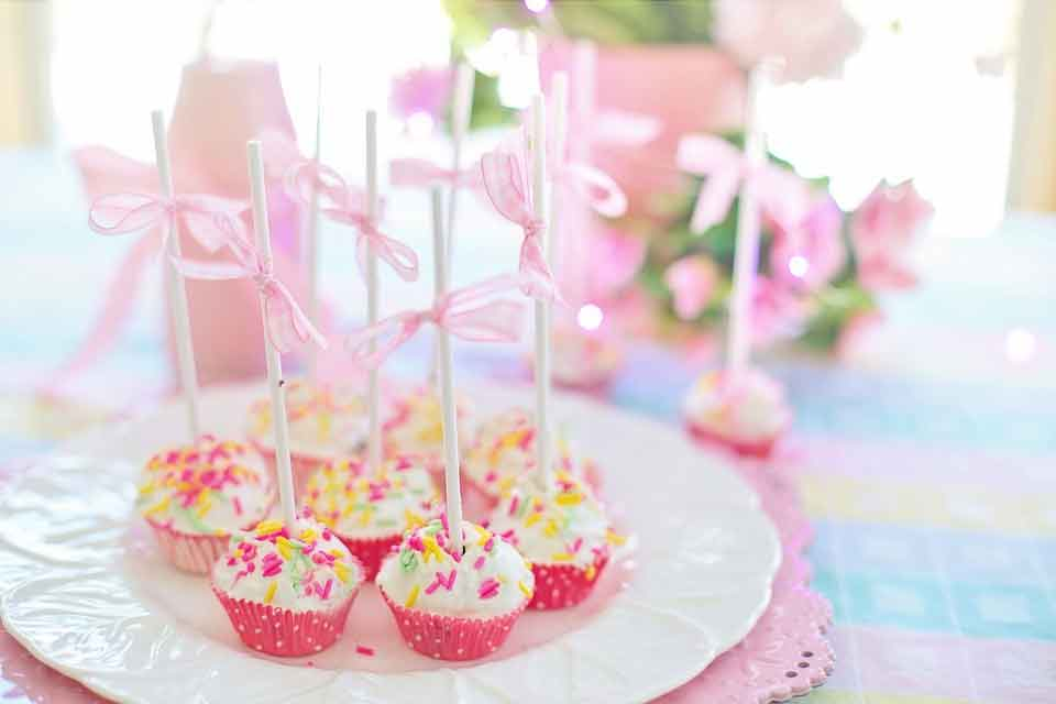 Simple and Artistic Cupcake Garnishes picture